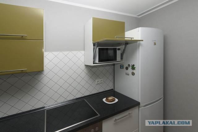 Диагональная раскладка плитки в зоне кухонного фартука