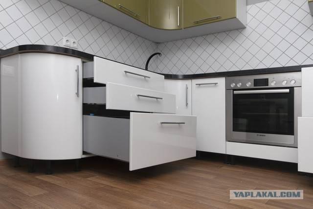 Выдвижные ящики в нижней части кухни