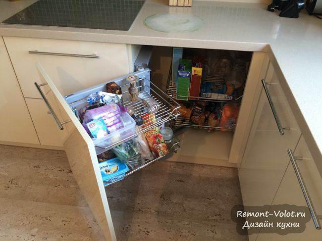 Функциональная П-образная кухня с фресками и мойкой под окном (13 фото + цена)