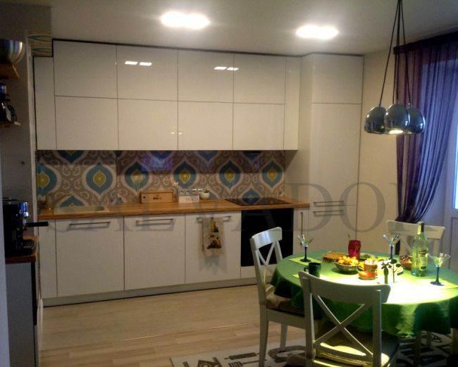 Дизайн белой глянцевой кухни AlvaLine в скандинавском стиле. Открывание нажатием (без ручек)