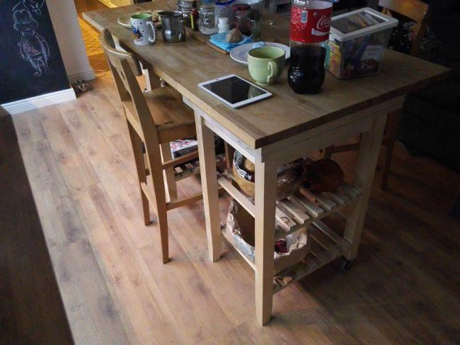 Деревянная обеденная зона на кухне