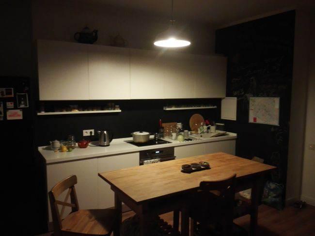 Белая кухня с черным фартуком, на котором можно рисовать (16 фото)
