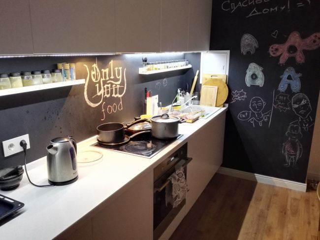 Белая кухня с грифельным фартуком