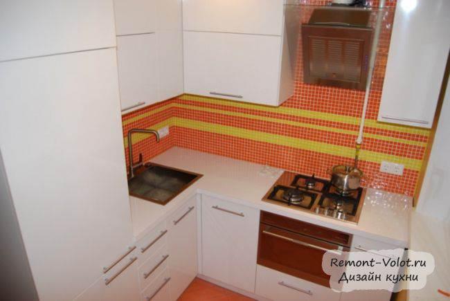 Белая кухня с фартуком из мозаики