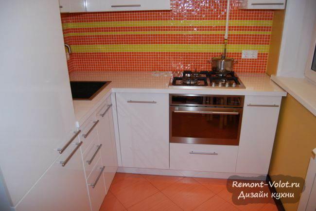 Дизайн белой кухни 6 кв.м с ярким фартуком (20 фото + цена и отзыв)