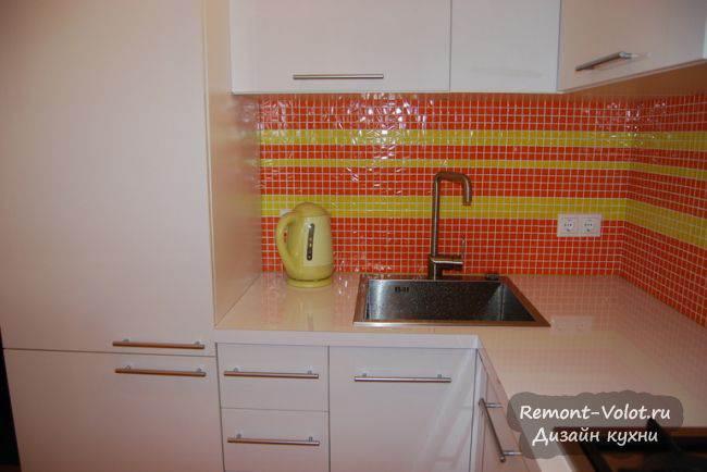 Яркий фартук из мозаики на кухне