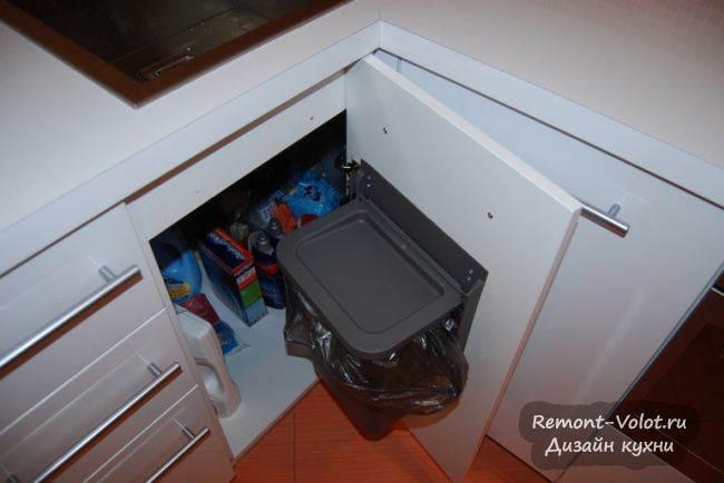 Мусорное ведро на дверке кухни