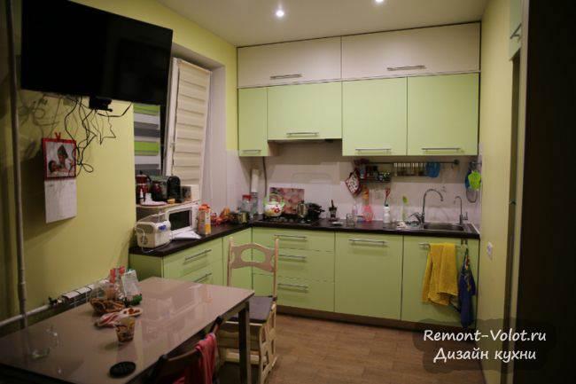 Салатовая кухня с желтыми обоями, совмещенная с гостиной в Москве (7 фото)