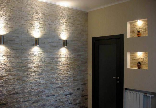 Отделка стен декоративным камнем и обоями в зале 10
