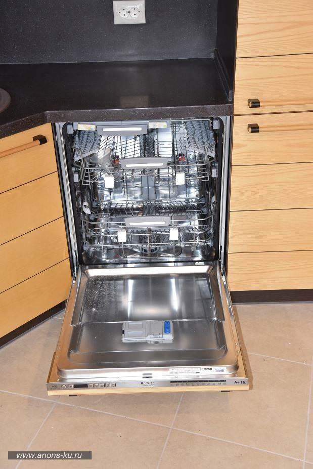 Встроенная посудомойка на современной кухне