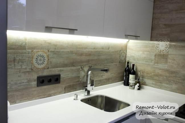 Белая акриловая столешница с влитой мойкой на кухне
