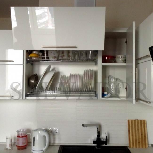 Сушка для посуды в верхнем шкафчике кухни