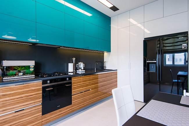 Большая бирюзовая кухня в современном стиле на 17 кв. м. Дизайнерский ремонт