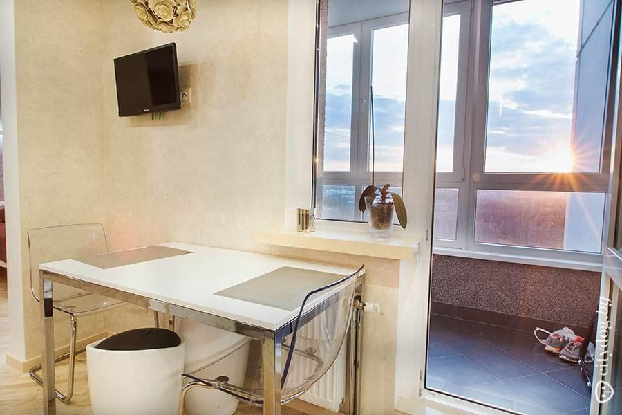 Стильная кухня 9 кв. м с выходом на балкон в однокомнатной к.