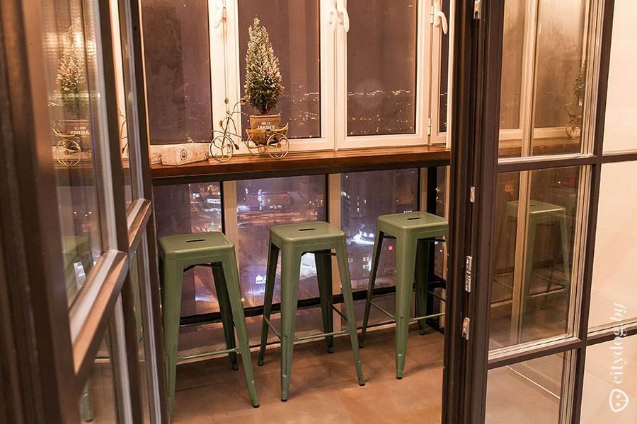 дизайн кухни гостиной с выходом на балкон в стиле лофт на 336 квм