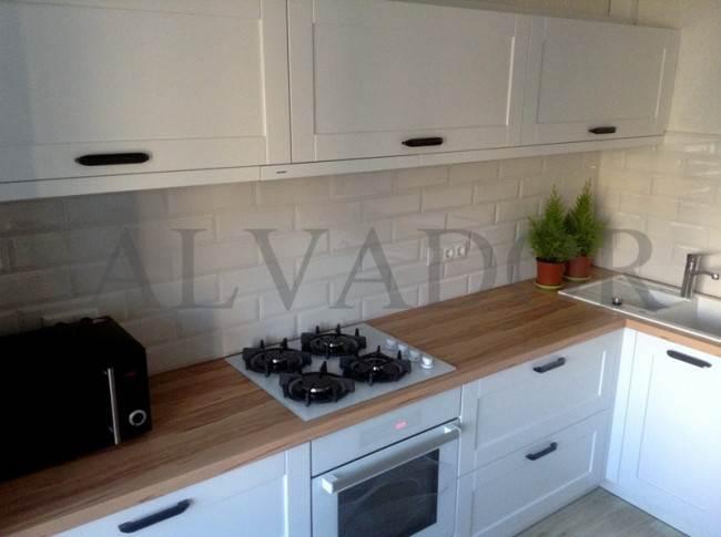 Дизайн белой кухни 10 кв.м в скандинавском стиле из крашенного МДФ