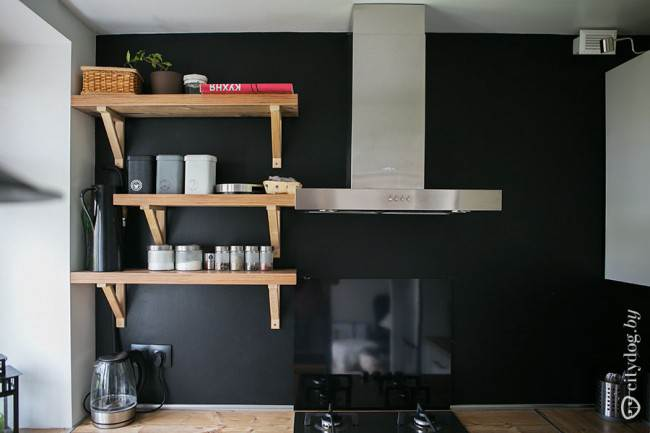 Черная грифельная краска на кухонном фартуке