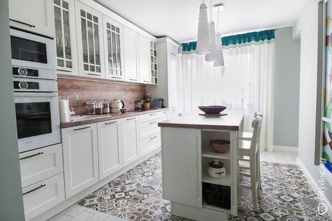 Дизайн прямой белой кухни в скандинавском стиле с функциональным островом на 14 кв. м
