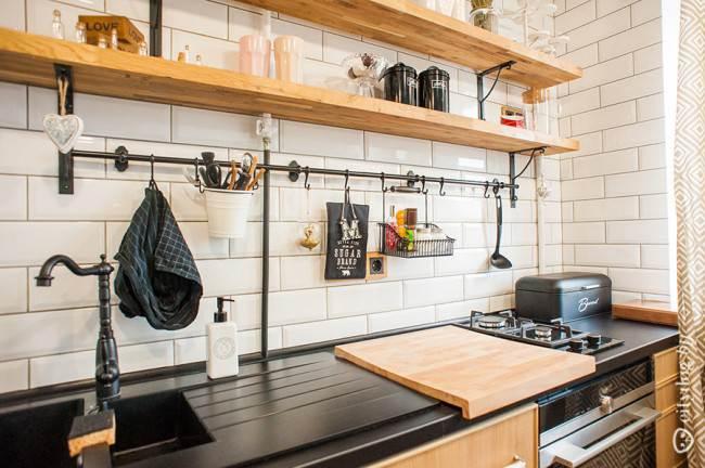 Керамика на угловой кухне с элементами кантри-стиля в квартире-студии площадью 32 кв. м