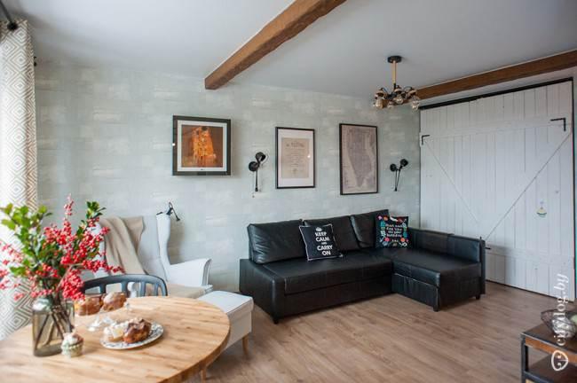 Обеденный стол с деревянной текстурой в дизайне кухни-гостиной