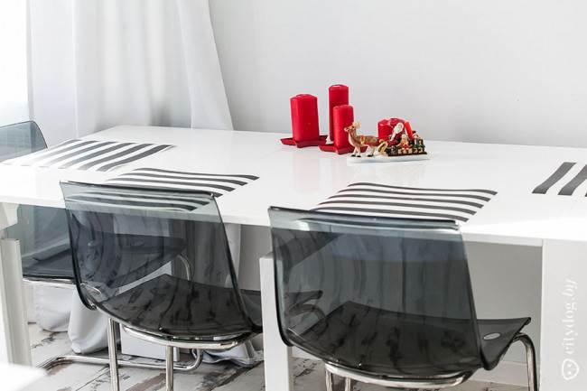 Монохромная обеденная зона в стиле минимализм на кухне-гостиной
