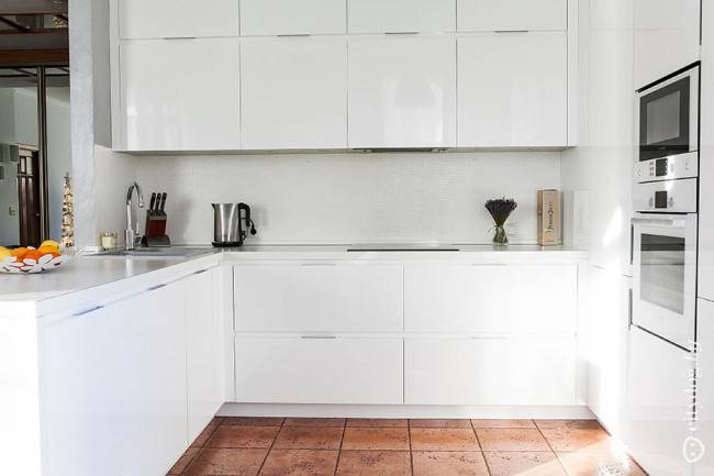 Дизайн белой кухни-гостиной в стиле минимализм. П-образный гарнитур  (6 фото)