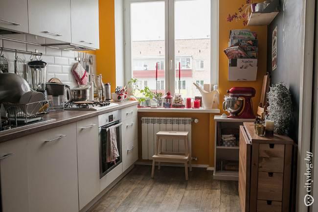 Дизайн прямой белой кухни со складной обеденной зоной и деревянным полом на 7,5 кв. м
