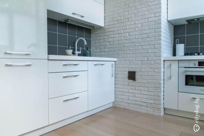 Угловой дизайн белой кухни в современном стиле на площади 6 кв. м