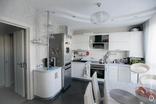 Белая угловая кухня 12 кв. м с барной стойкой