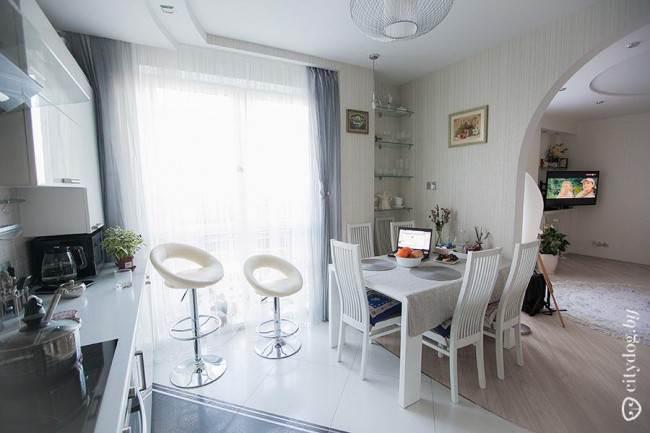 Красивая обеденная зона в дизайне кухни площадью 12 кв. м