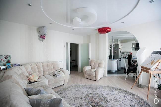 Дизайн белой угловой кухни 12 кв. м с барной стойкой. Красивая обеденная зона