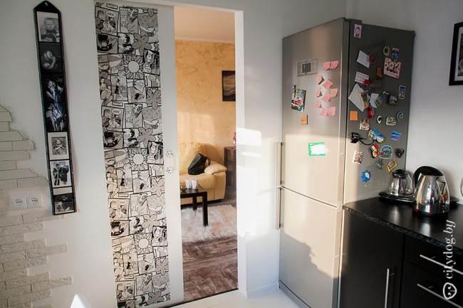 Фотообои в интерьере кухни с черным гарнитуром на 9,3 кв. м