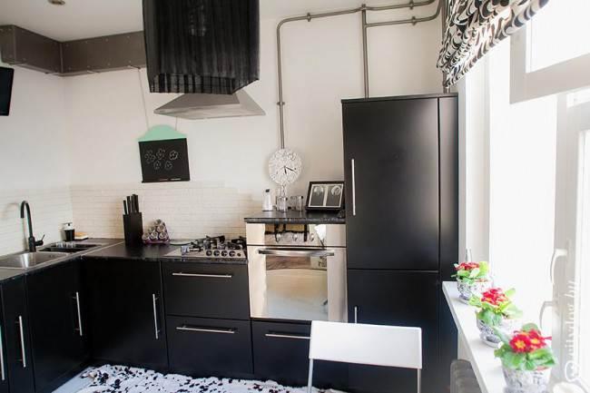 Угловой дизайн кухни в черном цвете на 9,3 кв. м без верхних модулей