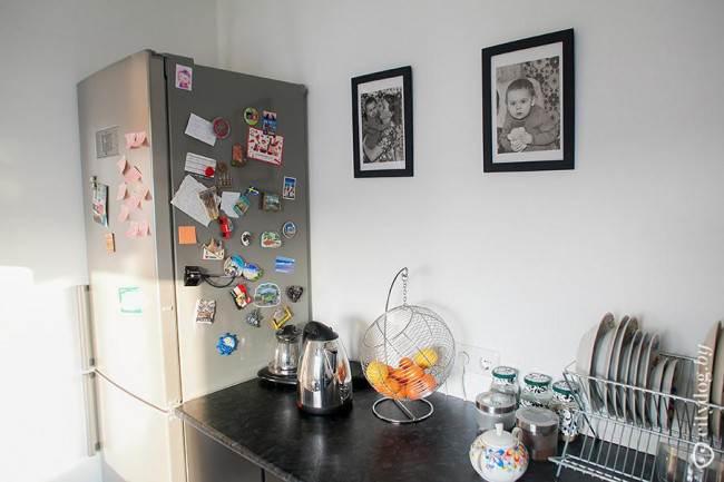 Минимализм на черной угловой кухне 9,3 кв.м без верхних шкафов