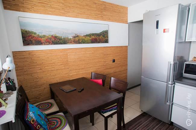 Обеденная зона и рабочее место художницы на маленькой кухне площадью 8 кв. м