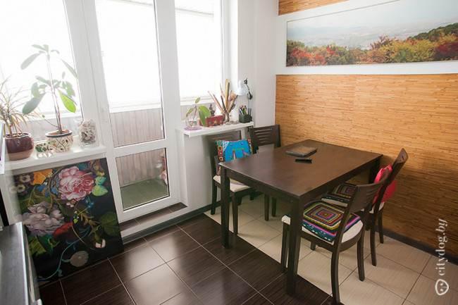 Мастерская художницы в современном интерьере кухни, площадью 8 кв. м (с выходом на балкон)