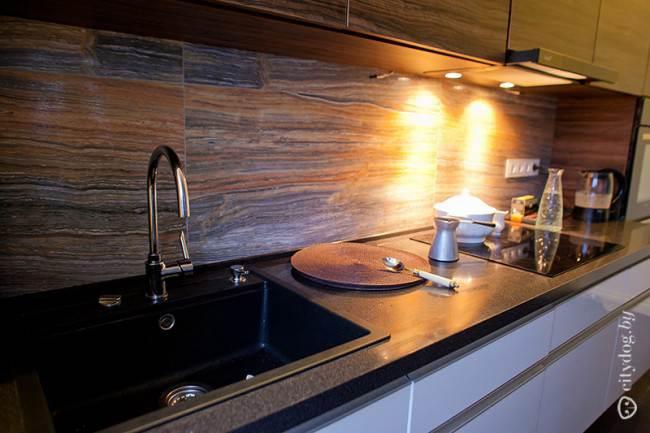 Фартук с древесной текстурой в дизайне современной кухни-гостиной