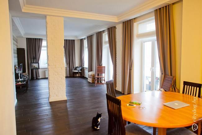 Обеденный стол под дерево сочетается с текстурой фасадов в интерьере кухни