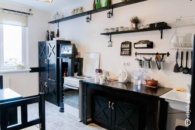 Дизайн прямой черной кухни в стиле английского паба на 10,8 кв. м (без верхних модулей)