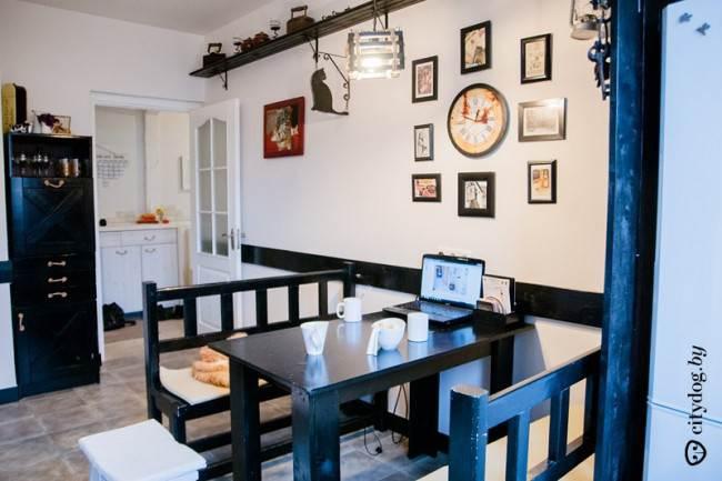 Массивные лавки дополняют стиль английского паба в интерьере кухни площадью 10,8 кв. м