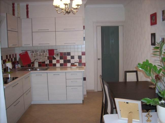 Объединение кухни 11,3 кв. м с балконом. Теперь вместо балкона - мини офис и диван