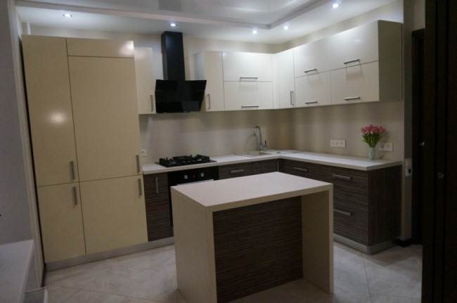 Объединенная с гостиной бежевая кухня 9,5 кв. м с островом