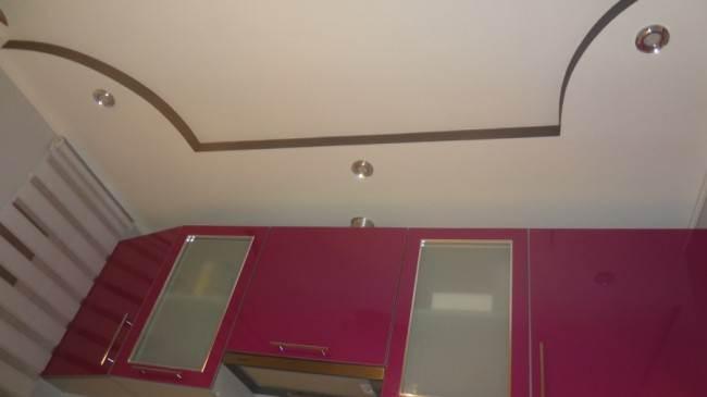 Угловая кухня цвета фуксии  со стиральной машиной на 9 кв. м