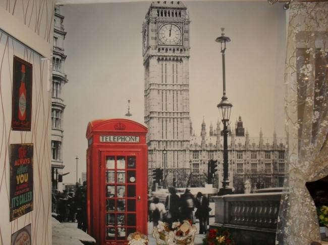 Дизайн красно-белой кухни из массива на 13,3 кв. м с фотообоями Лондона