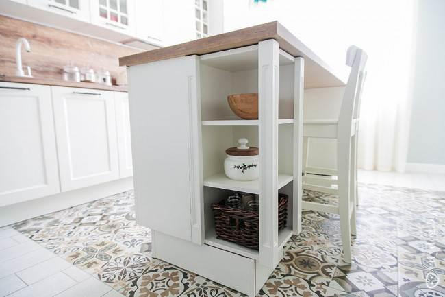 Дизайн белой кухни в скандинавском стиле с островом на 14 кв. м