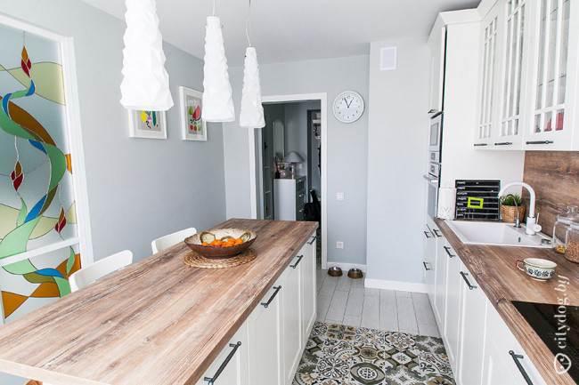 Витраж в скандинавском дизайне кухни с островом на площади 14 кв. м