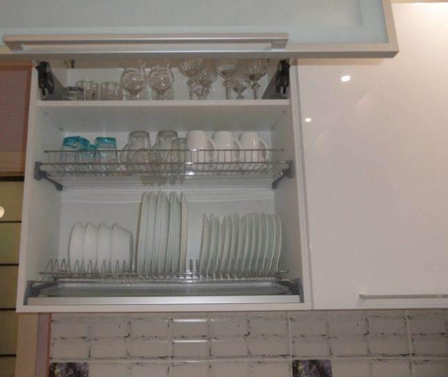 Кухня из белого глянца с лиловыми стульями на 10,3 кв. м