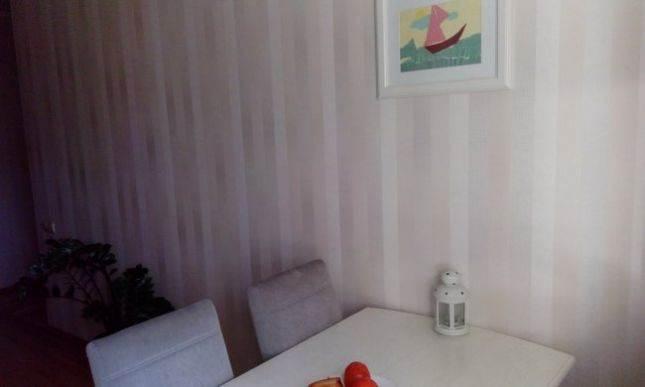 Дизайн белой угловой кухни ЗОВ из массива ясеня на 8 кв м