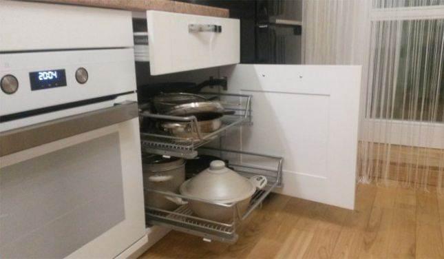 Практичная кухня холостяка на площади 9,3 кв. м с местом для миски кота