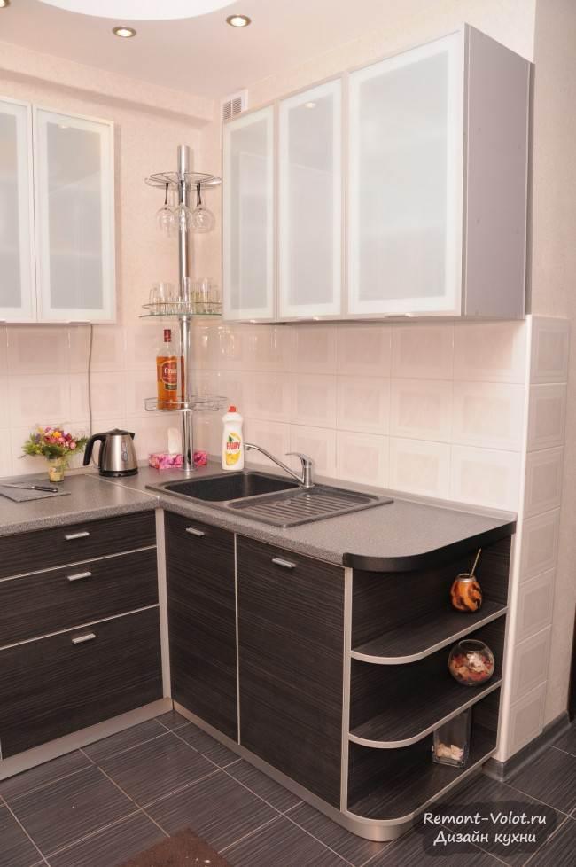 Современный интерьер угловой кухни на 6 кв. м